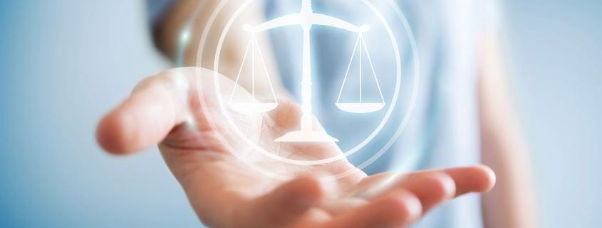 Litige, main tenant une balance, Litigation, Hand holding balance